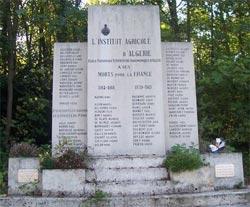 Monument aux morts Domaine de Grignon_Maison Carrée